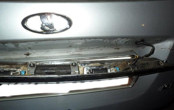замена лампочки подсветки номера приора